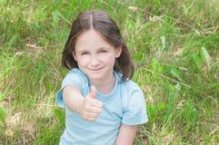 Behandla som ett barn godan för flickasommar utomhus Royaltyfria Bilder