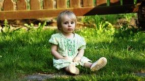 behandla som ett barn gräsgreen Royaltyfri Bild