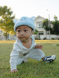 behandla som ett barn grässitting Arkivfoto