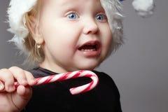 behandla som ett barn gråten Unge med godisen ledset barn i jultid Royaltyfri Fotografi