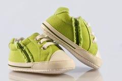 behandla som ett barn gröna skor Arkivbild