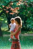 behandla som ett barn gravid kvinna Royaltyfria Foton
