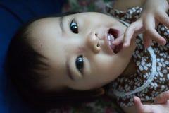 behandla som ett barn grunt le för pojkedof-framsida Royaltyfria Foton