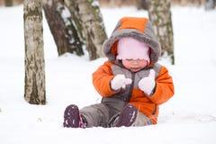 behandla som ett barn gulliga mittens som spelrum sitter snow Arkivbilder