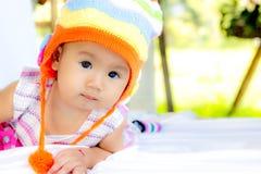 Behandla som ett barn gulligt behandla som ett barn flickaståenden arkivbild