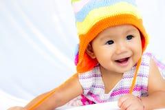 Behandla som ett barn gulligt behandla som ett barn flickaståenden arkivfoton