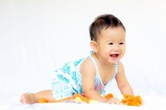 Behandla som ett barn gulligt behandla som ett barn flickaståenden royaltyfria bilder
