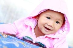 Behandla som ett barn gulligt behandla som ett barn flickaståenden fotografering för bildbyråer