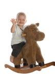behandla som ett barn gulligt hästvaggande för pojke arkivbilder