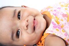 behandla som ett barn gulligt indiskt le Arkivfoto