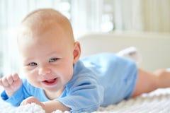 behandla som ett barn gulligt le för flicka Royaltyfria Bilder