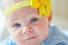 behandla som ett barn gulligt le för flicka Royaltyfri Foto