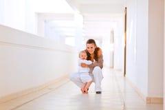 behandla som ett barn gulligt le för moderstående Fotografering för Bildbyråer