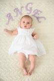 behandla som ett barn gulligt ligga för underlag royaltyfri fotografi