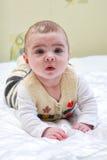 behandla som ett barn gulligt little behandla som ett barn den nyfödda flickan Royaltyfri Foto