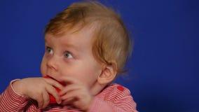 behandla som ett barn gulligt skratta för pojke lager videofilmer