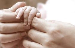 behandla som ett barn händer Royaltyfri Bild