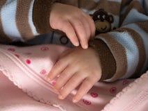 Behandla som ett barn händer Arkivbilder