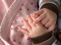 Behandla som ett barn händer Arkivfoton