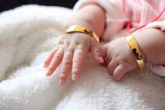 Behandla som ett barn händer Arkivfoto