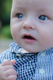 behandla som ett barn härliga stora blåa ögon Arkivfoton