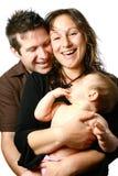 behandla som ett barn härligt barn för familjholdingmomen Arkivfoto