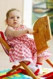 behandla som ett barn hästvaggande Royaltyfria Bilder