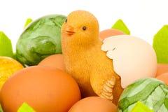 Behandla som ett barn höna i äggkorg Arkivfoton