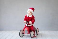 Behandla som ett barn ha gyckel på jultid royaltyfri bild