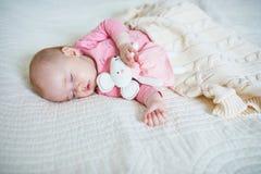 Behandla som ett barn ha ta sig en tupplur med hennes favorit- musleksak royaltyfri bild
