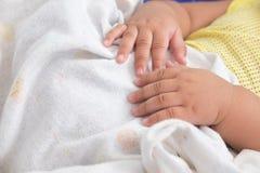 behandla som ett barn hand nyfött s Arkivfoton