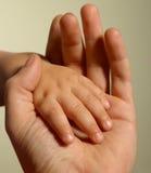 behandla som ett barn hand s Royaltyfri Bild