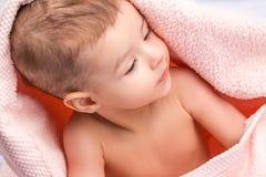 behandla som ett barn handduken under fotografering för bildbyråer