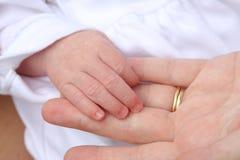 behandla som ett barn handen Arkivbild