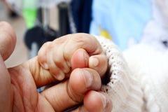 behandla som ett barn handen royaltyfri fotografi