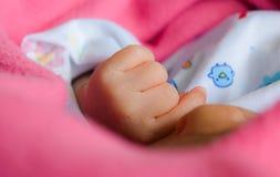 Behandla som ett barn handen, den nyfödda handen av stolpe-uttrycket behandla som ett barn Arkivfoton