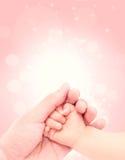 Behandla som ett barn handen - in - handen av förälskelse Royaltyfria Foton