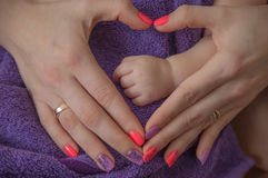 Behandla som ett barn handen i hand för moder` s Royaltyfri Fotografi