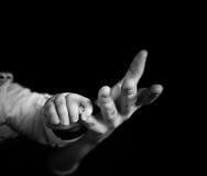 Behandla som ett barn handen i moderns hand Royaltyfria Foton