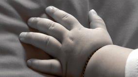 behandla som ett barn handen little Arkivbild