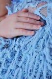 Behandla som ett barn handen på säng, closeup Royaltyfria Foton