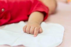 Behandla som ett barn handen på sängen Royaltyfri Bild