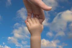 behandla som ett barn handmoder s Arkivfoto