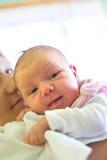 behandla som ett barn hans nyfödda moder Fotografering för Bildbyråer