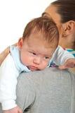 behandla som ett barn hans nyfödda skulder för modern Royaltyfri Fotografi