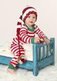 Behandla som ett barn hatten för juldräktälvan arkivfoto