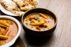 Behandla som ett barn havremasalaen eller curry som tjänas som med indiskt bröd eller roti Arkivfoto