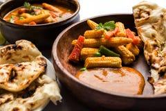 Behandla som ett barn havremasalaen eller curry som tjänas som med indiskt bröd eller roti Arkivbild