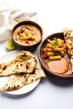 Behandla som ett barn havremasalaen eller curry som tjänas som med indiskt bröd eller roti Royaltyfri Fotografi