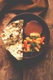 Behandla som ett barn havremasalaen eller curry som tjänas som med indiskt bröd eller roti Arkivbilder